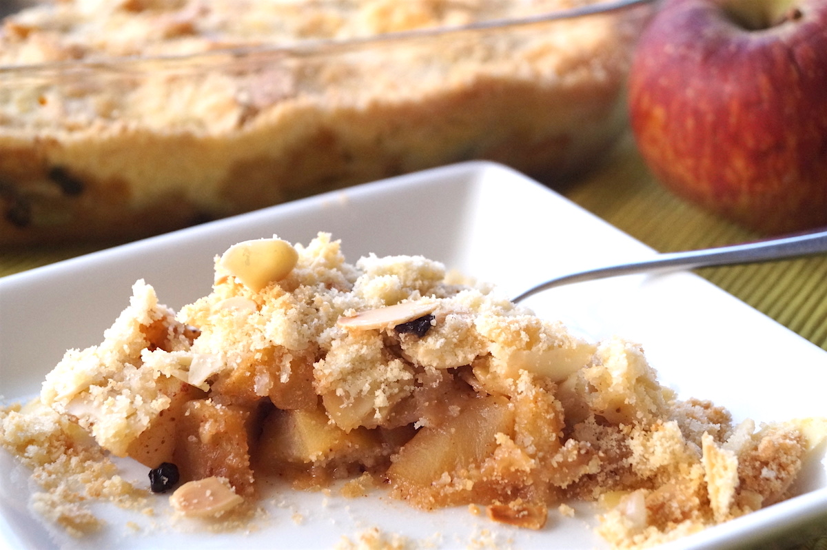 apple and pear crumble with dried blackcurrants