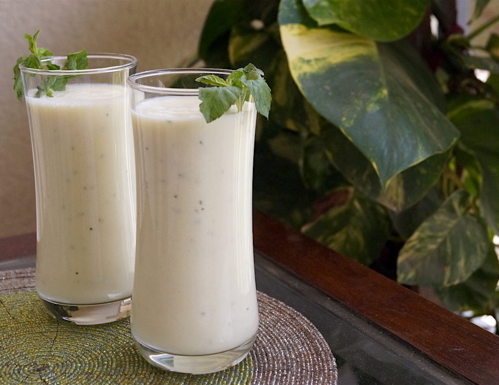 yoghurt drink with raw mangoes and mint